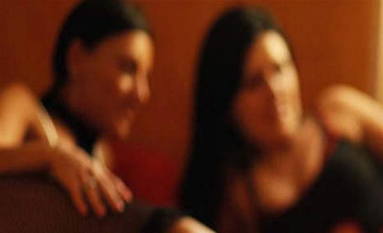 في بلد عربي : دهم وكر دعارة.. شاهدوا كيف هربت الفتيات (فيديو)