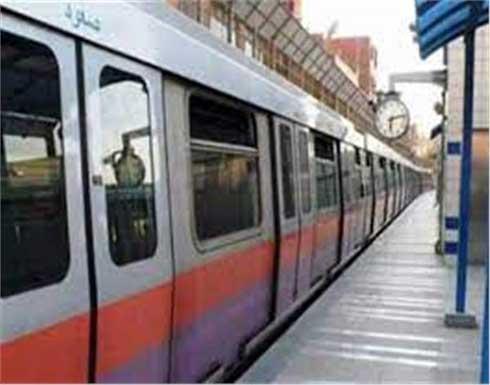 توقيف شاب خلع ملابسه وردد كلمات غير مفهومة داخل محطة مترو بمصر .. شاهد