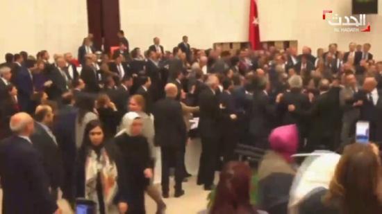 """عراك في البرلمان التركي وتبادل لكمات على خلفية تعديل الدستور """"شاهد"""""""