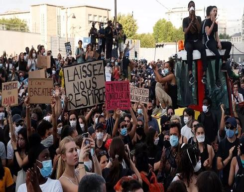 شاهد: آلاف المتظاهرين في باريس احتجاجا على عنف الشرطة والمطالبة بمحاسبة قتلة آداما تراوري