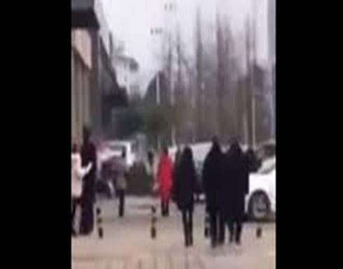 سقطة مروعة لرجل بعد تعلقه بديكور مبنى (فيديو)