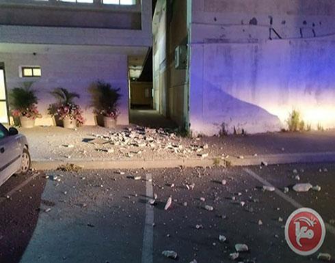 بالفيديو : إصابة مبنى في مستوطنة سديروت بصاروخ أطلق من غزة