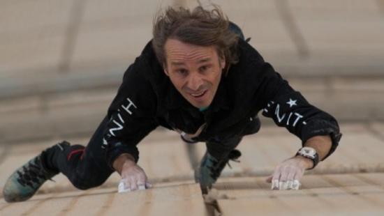 صور: رجل يتسلق ناطحة سحاب من دون معدات!