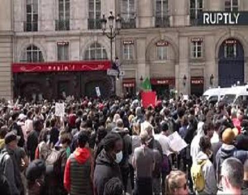مظاهرات بمحيط السفارة الأمريكية في باريس تنديدا بعنف الشرطة والعنصرية .. بالفيديو