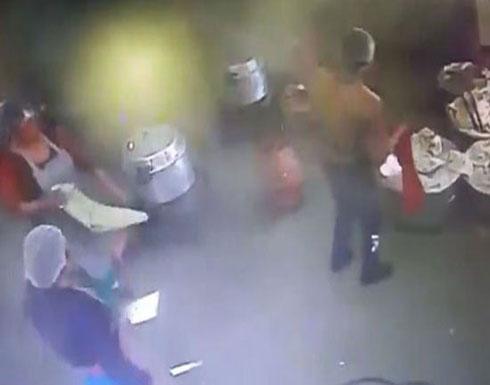 """بالفيديو: """"طنجرة ضغط"""" تنفجر مثل القنبلة في مطبخ المدرسة!"""