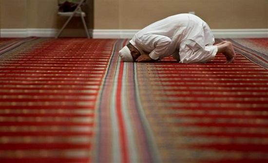 الإفتاء : لا يجوز الاقتداء بالإمام عبر التلفزيون يوم الجمعة