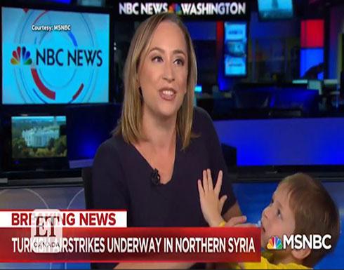 طفلٌ يقتحم الإستديو ويشارك أمّه في إذاعة خبر! (فيديو)
