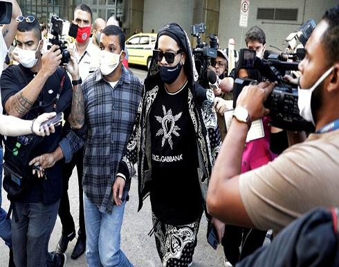 """""""الساحر"""" رونالدينيو يصل إلى البرازيل بعد خمسة أشهر من اعتقاله في الباراغواي (فيديو وصور)"""