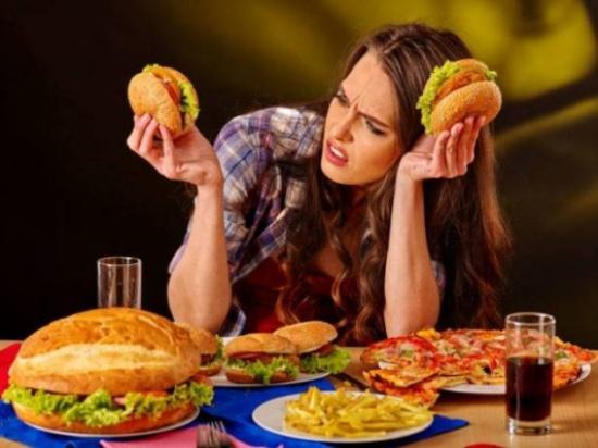 هل تأكل أكثر عندما تكتئب؟.. واجه مشاكل الحمية بـ 5 طرق مبتكرة