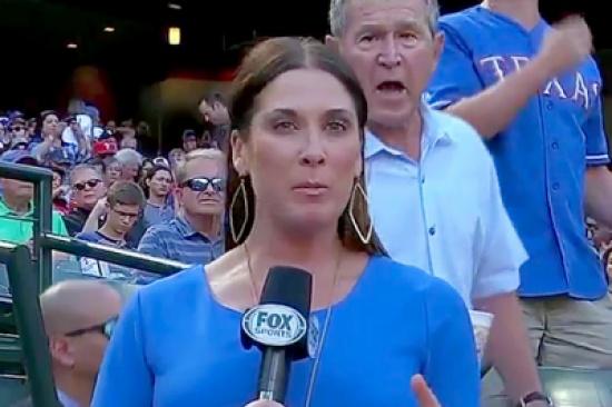 بالفيديو: هذا ما فعله جورج بوش الإبن مع مراسلة تلفزيونية مباشرة على الهواء!
