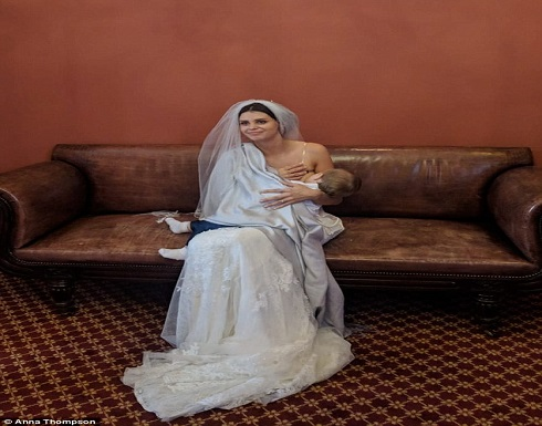 بالصور : عروس تُرضع طفلها خلال حفل زفافها 