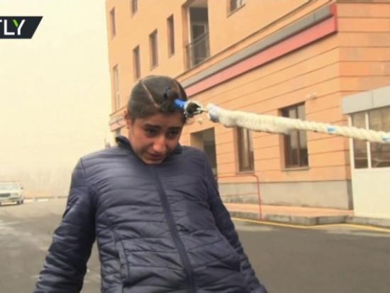 بالفيديو… فتاة أرمنية تسحب سيارة بشعرها