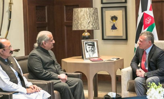 الملك يستقبل رئيس مجلس الشيوخ الباكستاني