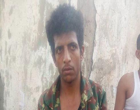شاهد اعتقال قناص حوثي.. والسيطرة على خط تعز الحديدة