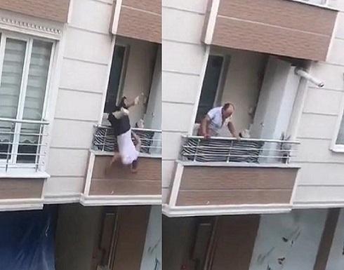 بالفيديو..سقوط مروع لتركي من شرفة منزله أثناء إلقاءه أغراض طليقته