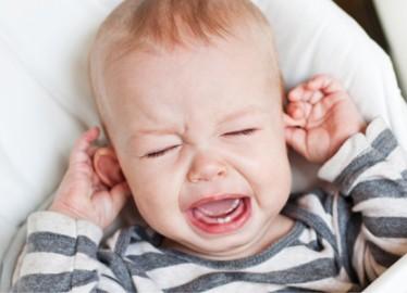 كيف تميِّزين التهاب الأذن الوسطى لدى الرضَّع؟