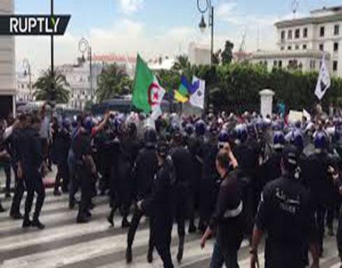 شاهد : اشتباكات بين المتظاهرين والشرطة في الجزائر