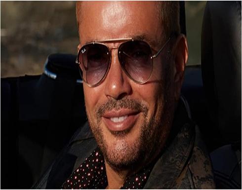 صور.. تحديد هوية الحسناء التي ظهرت مع عمرو دياب.. ملكة جمال سابقة