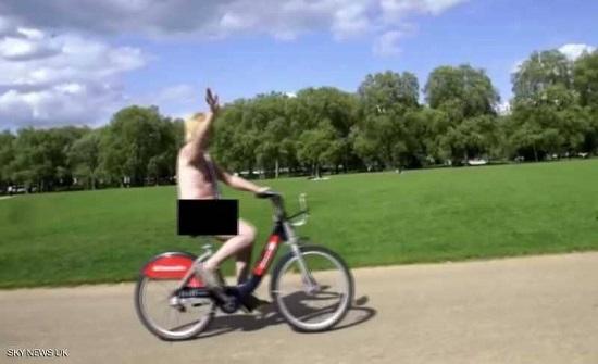 نائب بريطاني يقود دراجته عاريا