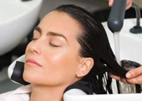 لماذا يشعر البعض بالصداع النصفي بعد غسل الشعر؟