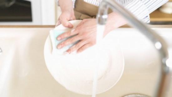٧ نصائح للتخلص من مشكلة جفاف اليدين بسبب غسل الصحون