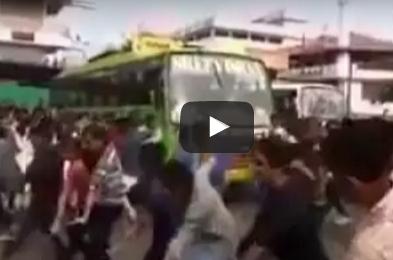 بالفيديو.. شاهد ماذا فعلت امرأة مع فتاة رقصت في الشارع وعطلت المرور