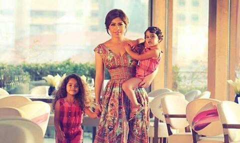 شيرين وأحدث صورة مع ابنتيها