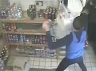 بالفيديو: عامل متجر يواجه لصاً مسلحاً بعبوات المشروبات الغازية