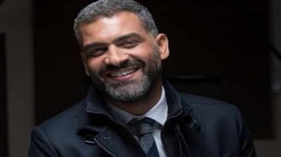 بالفيديو.. هاني عادل حافي القدمين أثناء حفل زفافه