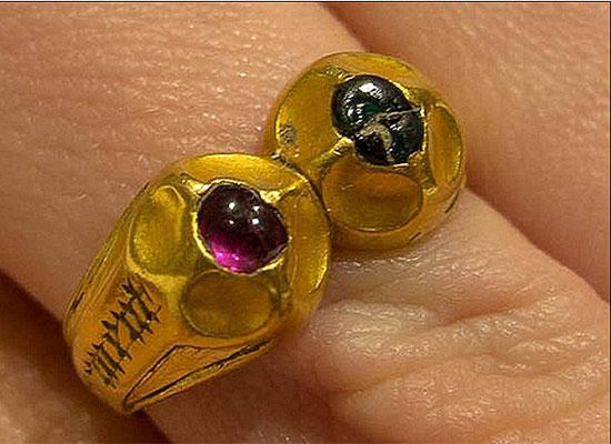 بالصور: صائد كنوز يعثر على خاتم نادر ويحقق مبلغا خياليا