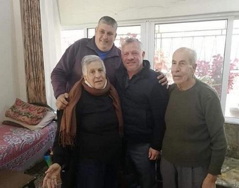 الملك في زيارة مفاجئة لعائلة مسيحية بمنزلها في اربد .. صور