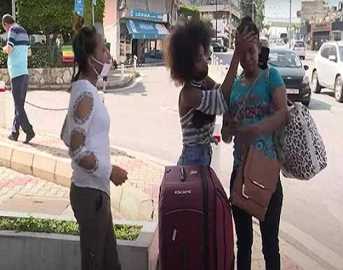 فيديو : لبنانية تلقي خادمتها وكيس ملابسها في الشارع