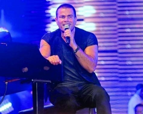 بالفيديو- عمرو دياب بردّ فعل غريب في حفل زفاف.. شاهدوا ماذا حصل!؟
