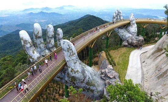 يدان عملاقتان تحملان جسرا للمشاة في فيتنام..صور