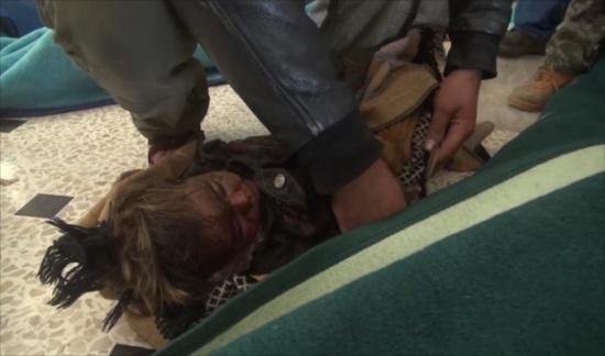 غارات تقتل العشرات بأسواق إدلب والمعارضة تقاوم بحلب