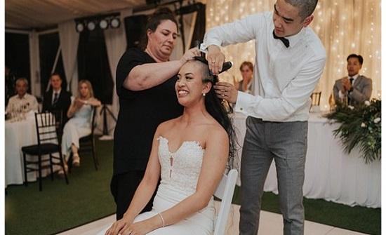 لسبب مؤثر.. عريس في نيوزلندا يحلق شعر عروسه بالكامل خلال حفل الزفاف.. شاهد