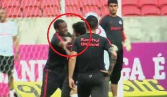 بالفيديو.. لاعب برازيلي يوجه لكمة قوية لزميله في التدريبات