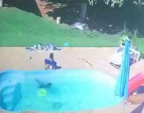 """لحظات """"بطولية"""" لطفل عمره 3 سنوات... أنقذ صديقه من الغرق! (فيديو)"""