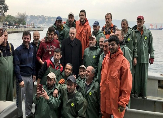 بالصور.. أردوغان يقوم برحلة مع صيادي إسطنبول