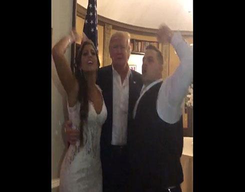 فيديو- ترامب يفاجئ عروسين بحضور حفل زفافهما!