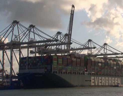 شاهد : السفينة العملاقة التي انحرفت في قناة السويس تصل إلى ميناء هولندي