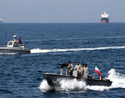 """فرار بارجة بريطانية من قوارب الحرس الإيراني بـ""""هرمز"""" (شاهد)"""