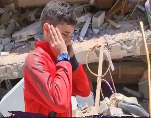 بالفيديو : طفل يؤذن على انقاض مسجد في غزة