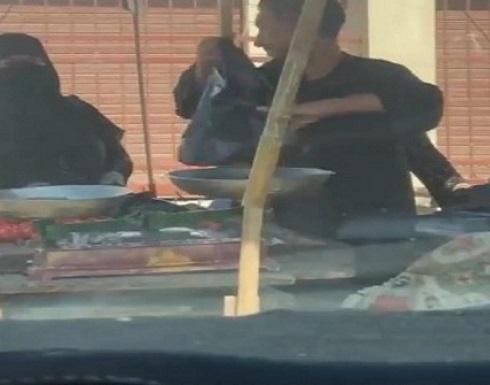 شاهد.. بائع خضار يثير الجدل بالغش في الميزان خلال البيع لزبائنه في مصر