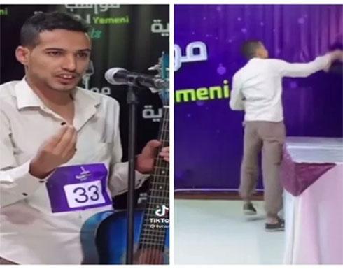 بالفيديو .. شاب يمني يعتدي على لجنة التحكيم في برنامج مواهب