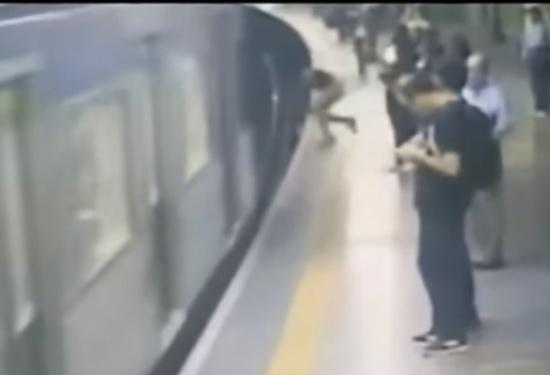 بالفيديو: دفعَ فتاة أسفل 'المترو'.. بأوامر من الشّيطان!