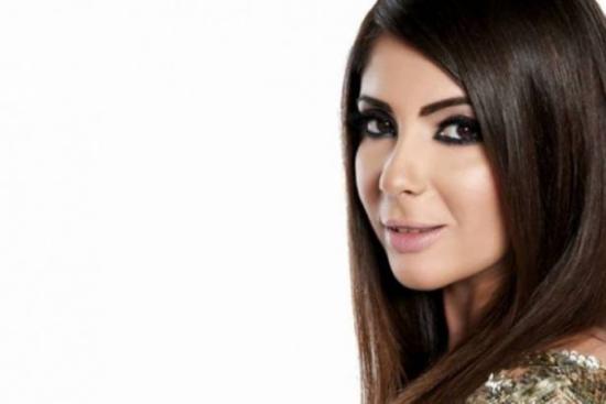 بالصور- فستان منى زكي الذي أظهر حملها يشعل مواقع التواصل! شاهدوا ماذا انتعلت