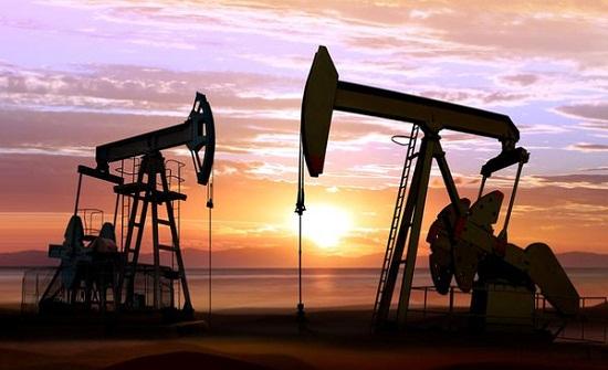النفط يتمسك بمكاسبه عند أعلى مستوى في 3 أعوام