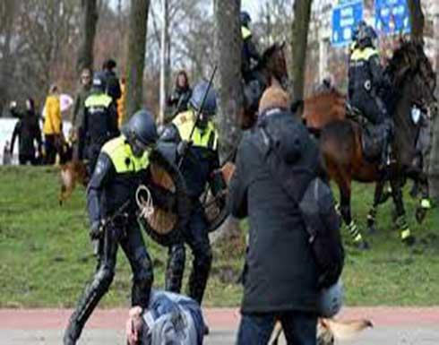 الشرطة الهولندية تستخدم خراطيم المياه لتفريق المحتجين على الإغلاق .. بالفيديو