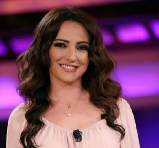 ماذا حدث مع أمل عرفة فور وصولها إلى مصر؟!